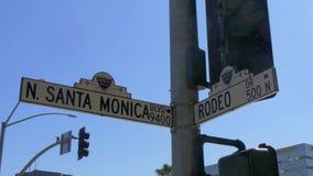 Placa de calle Santa Monica Blvd y Rodeo Drive en Beverly Hills - CALIFORNIA, los E.E.U.U. - 18 DE MARZO DE 2019 almacen de metraje de vídeo