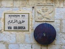 Placa de calle vía Dolorosa en Jerusalén, el walke santo de Jesús de la trayectoria Fotos de archivo