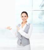 Placa de cartão branca do dedo do ponto do sorriso da mulher de negócios Foto de Stock