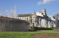 喷泉和大厦在Placa De Catalunya。巴塞罗那。西班牙 图库摄影