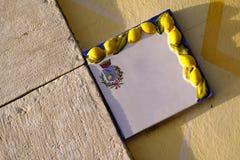 Placa de cerámica vacía, limones, mediterráneos Foto de archivo