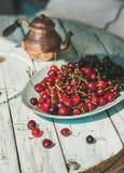 Placa de cerejas doces na luz - tabela de madeira azul Imagens de Stock Royalty Free