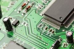Placa de circuito bonde verde com microchip e transistor Fotografia de Stock Royalty Free