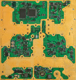 Placa de circuito chapeado eletrônica do ouro com microchip e transistor Fotos de Stock