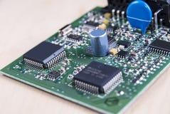 Placa de circuito com componentes eletrônicos Imagens de Stock Royalty Free