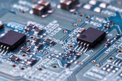 Placa de circuito com microplaquetas e componentes do rádio foto de stock