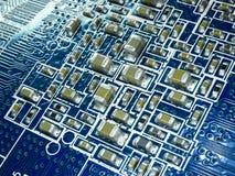 Placa de circuito completa do foco com microchip e outros componentes eletrônicos Tecnologia de comunicação do computador e dos t imagens de stock