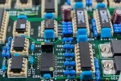 Placa de circuito con el fondo de los componentes electrónicos Foto de archivo libre de regalías
