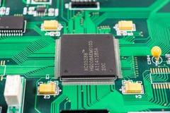 Placa de circuito con el fondo de los componentes electrónicos Fotos de archivo libres de regalías