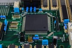 Placa de circuito con el fondo de los componentes electrónicos Imágenes de archivo libres de regalías