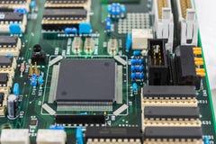 Placa de circuito con el fondo de los componentes electrónicos Imagen de archivo