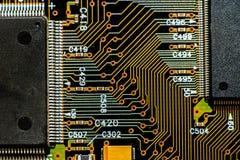 Placa de circuito con la trayectoria de los microprocesadores Imágenes de archivo libres de regalías