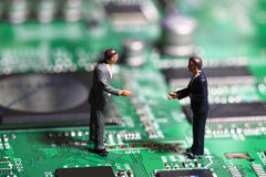 Placa de circuito de los hombres de negocios Fotos de archivo