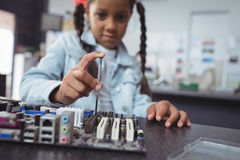 Placa de circuito de montagem da menina elementar no laboratório de eletrônica Fotos de Stock Royalty Free