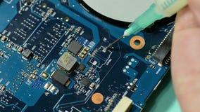 Placa de circuito del ordenador de la reparación: aplicación de flujo al espacio de trabajo almacen de video