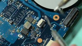 Placa de circuito del ordenador de la reparación: el conector que suelda en la aplicación de la placa madre del ordenador portáti almacen de metraje de vídeo