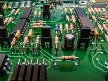 Placa de circuito electrónica con los microprocesadores y los elementos Primer fotografía de archivo libre de regalías