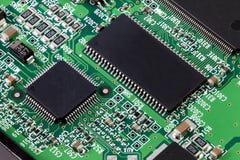 Placa de circuito electrónica con muchas piezas Imagen de archivo