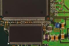 Placa de circuito eletrônico com microchip de um close up digital do dispositivo Imagem de Stock