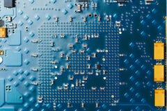 Placa de circuito impresa, fondo azul fotografía de archivo