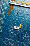 Placa de circuito impresa, fondo azul imagen de archivo