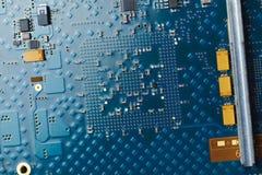 Placa de circuito impresa, fondo azul fotografía de archivo libre de regalías