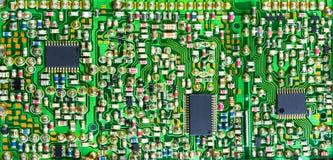 Placa de circuito impresa impresionante con muchos componentes electrónicos foto de archivo