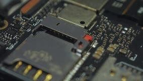 Placa de circuito impresa oscuridad dentro del smartphone v06 almacen de metraje de vídeo