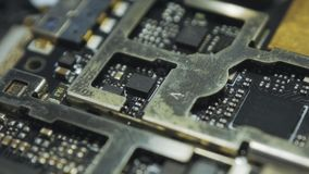 Placa de circuito impresa oscuridad dentro del smartphone v03 almacen de metraje de vídeo