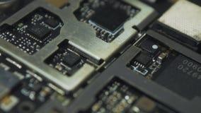 Placa de circuito impresa oscuridad dentro del smartphone v05 almacen de metraje de vídeo