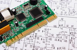 Placa de circuito impresa que miente en el diagrama de la electrónica, tecnología Fotos de archivo