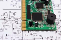 Placa de circuito impresa que miente en el diagrama de la electrónica, tecnología Imágenes de archivo libres de regalías