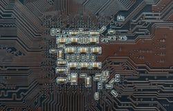 Placa de circuito impresso com componentes eletrônicos fotos de stock