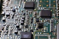 Placa de circuito impresso com microplaquetas e eletrônica dos componentes do rádio fotografia de stock royalty free