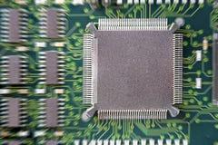 Placa de circuito impresso com muitos componentes bondes fotos de stock royalty free
