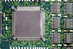 Placa de circuito impresso com muitos componentes bondes imagens de stock