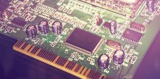 Placa de circuito impresso com muitos componentes bondes Feche acima da imagem Fotos de Stock Royalty Free