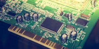 Placa de circuito impresso com muitos componentes bondes Feche acima da imagem Technolog Fotos de Stock Royalty Free
