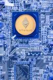 Placa de circuito impresso com um processador e um símbolo do ethereum Imagens de Stock Royalty Free