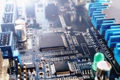 Placa de circuito impresso do azul com microchip e muitos componentes bondes Fotos de Stock Royalty Free