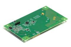 Placa de circuito impresso eletrônica com microplaquetas e outros componentes, verso, vista angular, isolada no branco imagem de stock royalty free