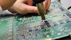 Placa de circuito impresso eletrônica com muitos componentes bondes imagem de stock