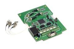 Placa de circuito impresso eletr?nica com microchip, muitos componentes el?tricos e os conectores ?ticos fotografia de stock