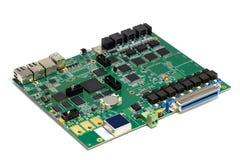 Placa de circuito impresso eletr?nica com microplaquetas e outros componentes, cor verde, parte anterior, vista angular, isolada  fotos de stock