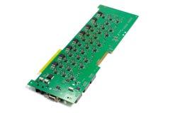 Placa de circuito impresso eletr?nica com microplaquetas e outros componentes, cor verde, verso, vista angular, isolada no branco fotografia de stock royalty free