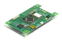 Placa de circuito impresso eletr?nica com microplaquetas e outros componentes, parte anterior, vista angular, isolada no branco imagens de stock