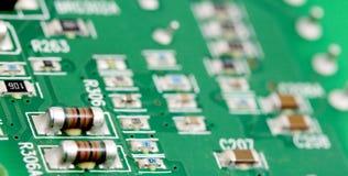 Placa de circuito impresso eletrônica com muitos componentes bondes Fotos de Stock