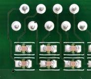 Placa de circuito impresso eletrônica com muitos componentes bondes Fotos de Stock Royalty Free