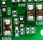 Placa de circuito impresso eletrônica com muitos componentes bondes Foto de Stock
