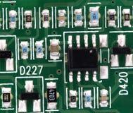 Placa de circuito impresso eletrônica com muitos componentes bondes Fotografia de Stock